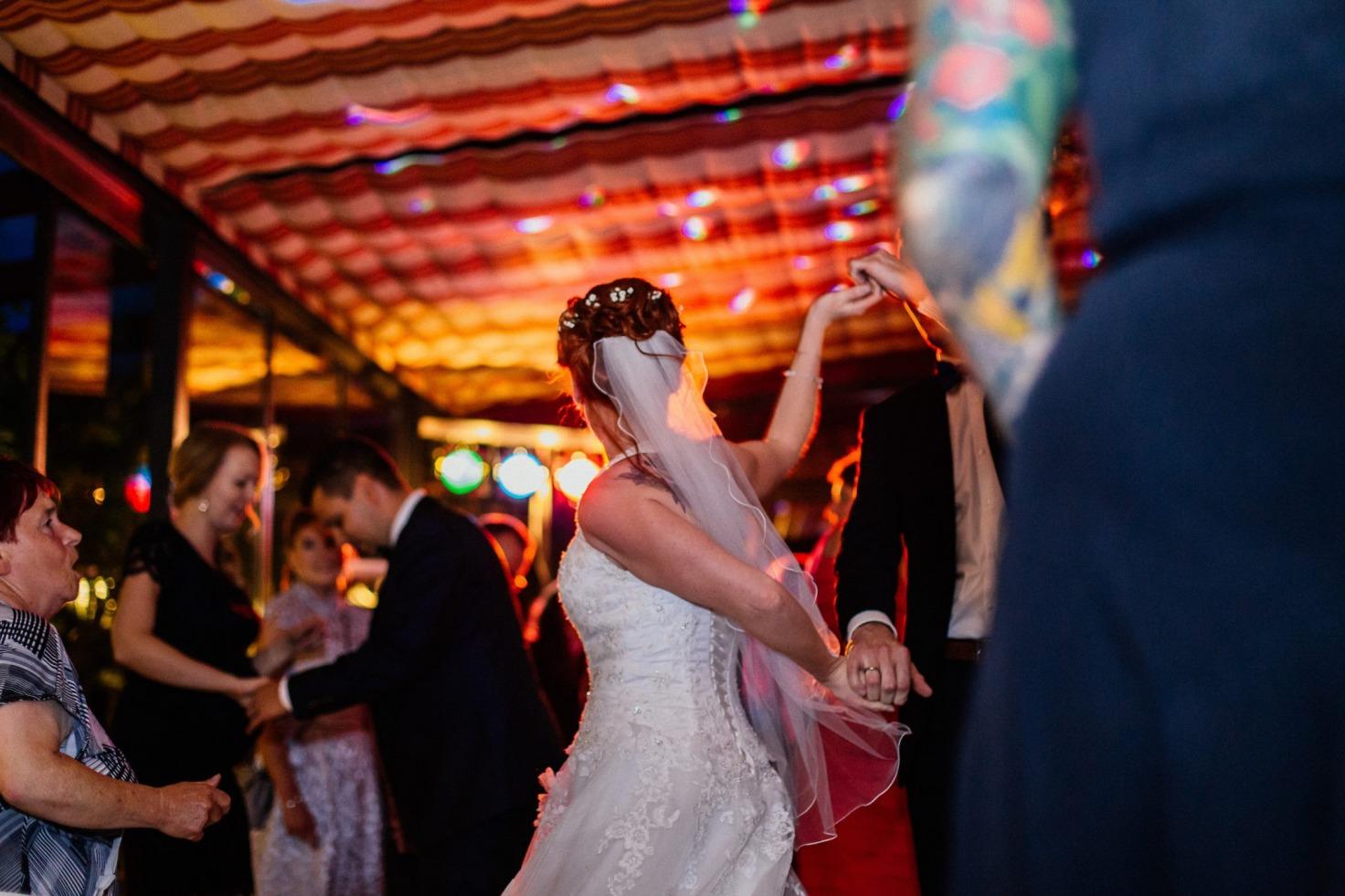 Hochzeit von Tine und Basti in Münster: Brautpaar tanzt mit den Gästen