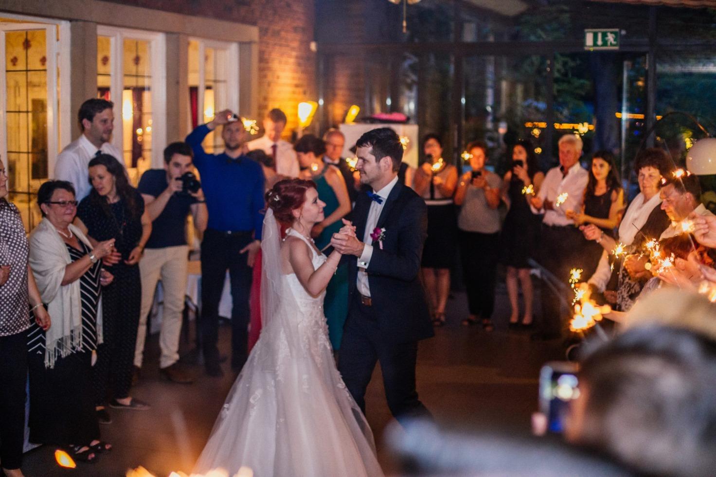 Hochzeit von Tine und Basti in Münster: Brautpaar tanzt vor den Gästen