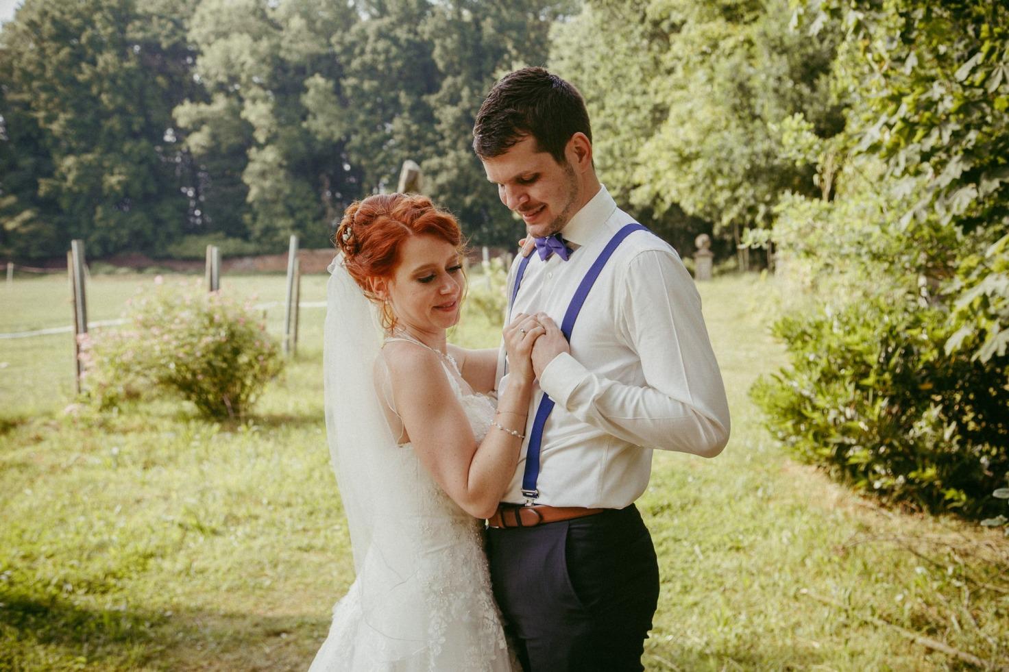 Hochzeit von Tine und Basti in Münster: Braut kuschelt sich an den Ehemann
