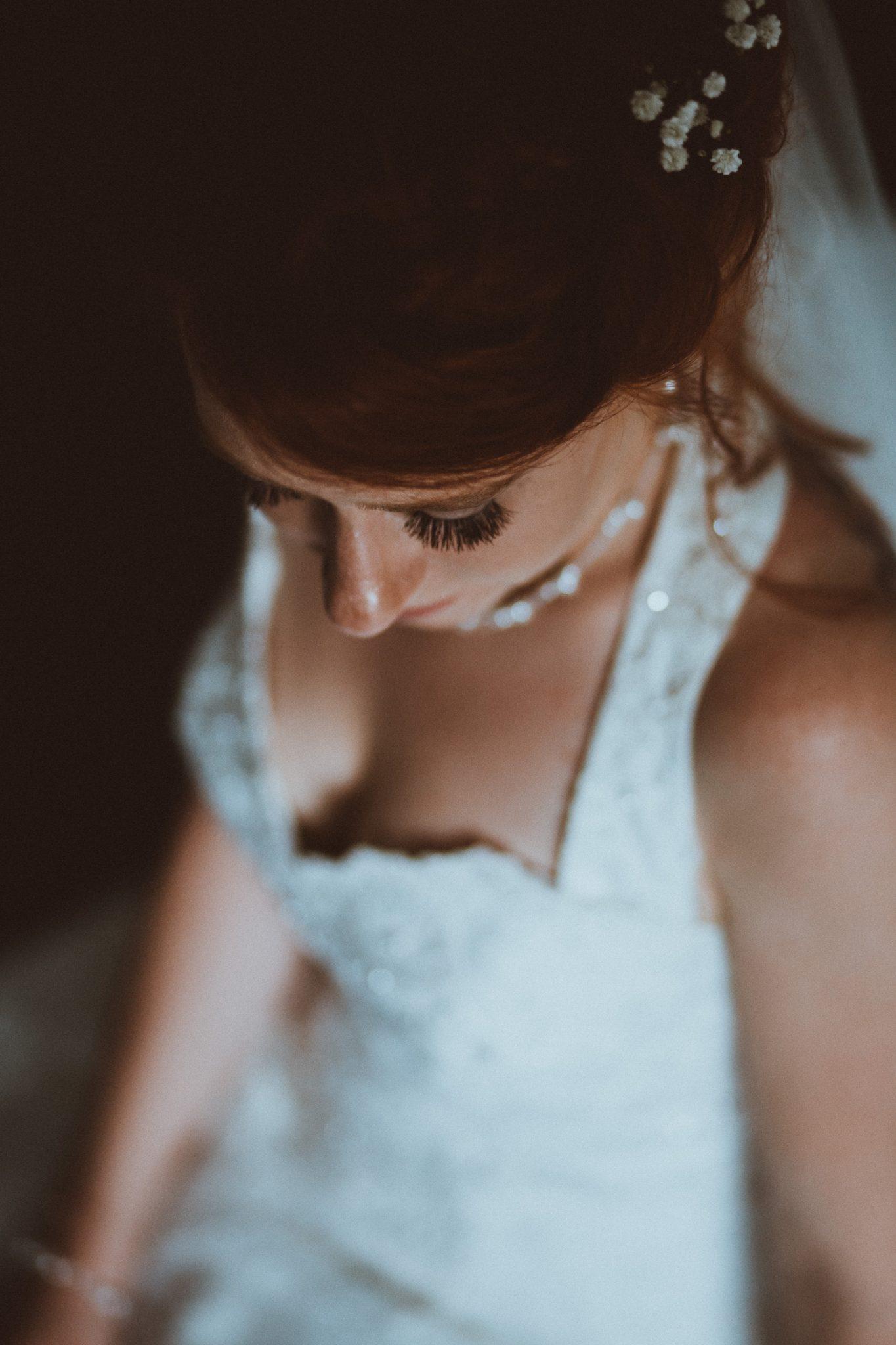 Hochzeit von Tine und Basti in Münster: Braut schaut nach unten