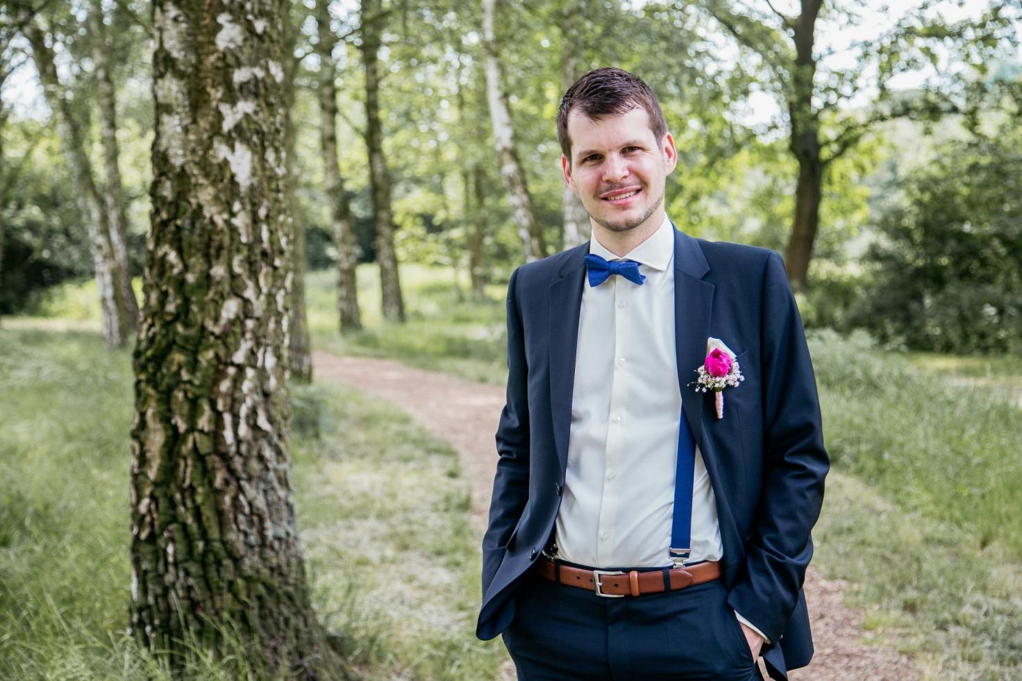Hochzeit von Tine und Basti in Münster: Bräutigam steht im Grünen