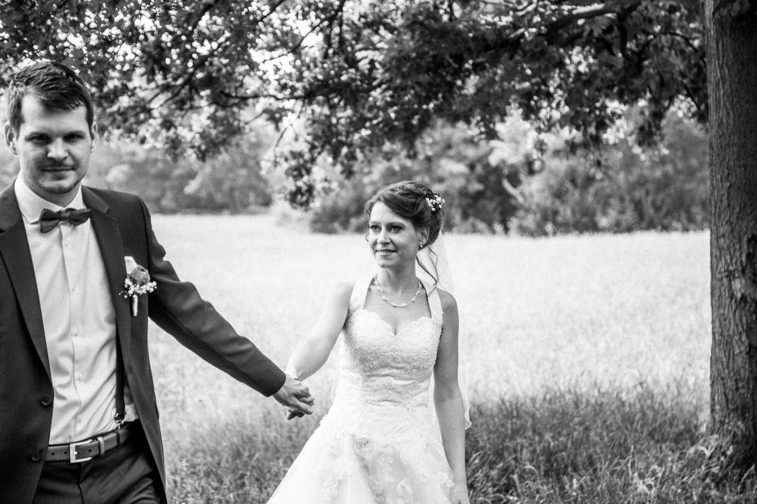 Hochzeit von Tine und Basti in Münster: Braut schaut nach ihrem Ehemann
