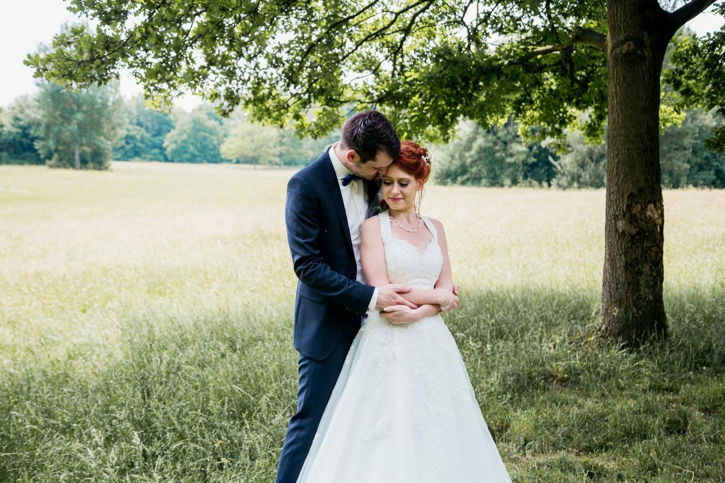 Hochzeit von Tine und Basti in Münster: Ehemann hält seine Braut fest im Arm