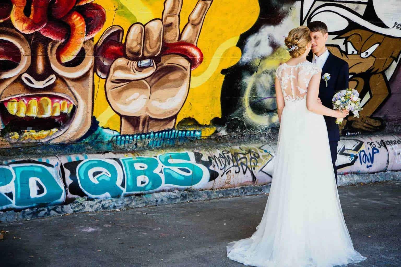 Hochzeitsfotograf Münster - Brautpaar vor Graffity