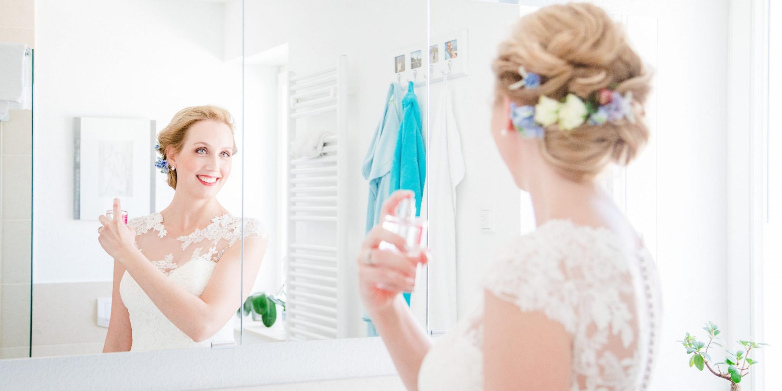 Hochzeit von Tine und Basti in Münster: Braut schaut sich im Spiegel an