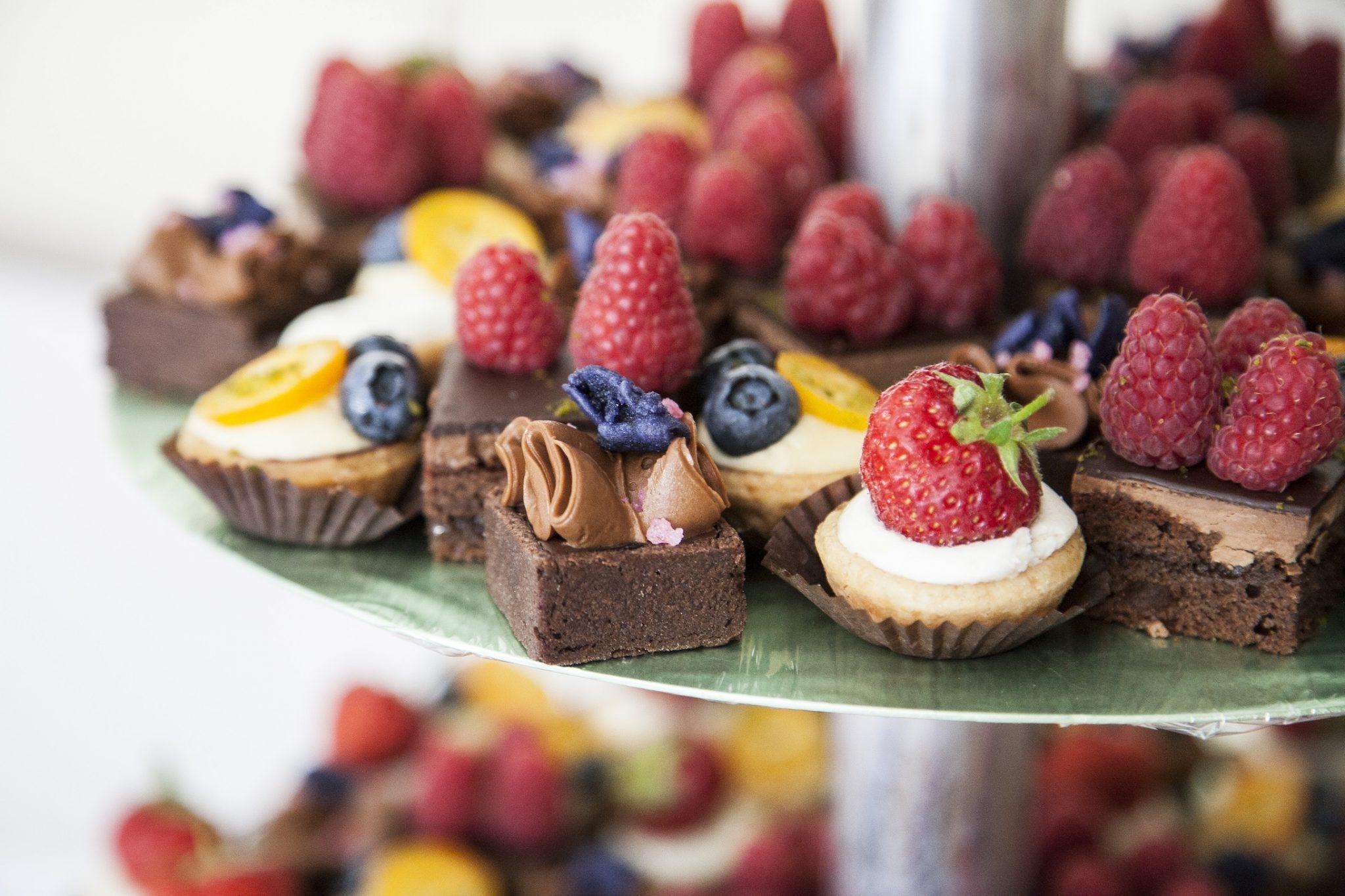 Hochzeit von Laura und Jan in Münster: Kuchen verziert mit Obst