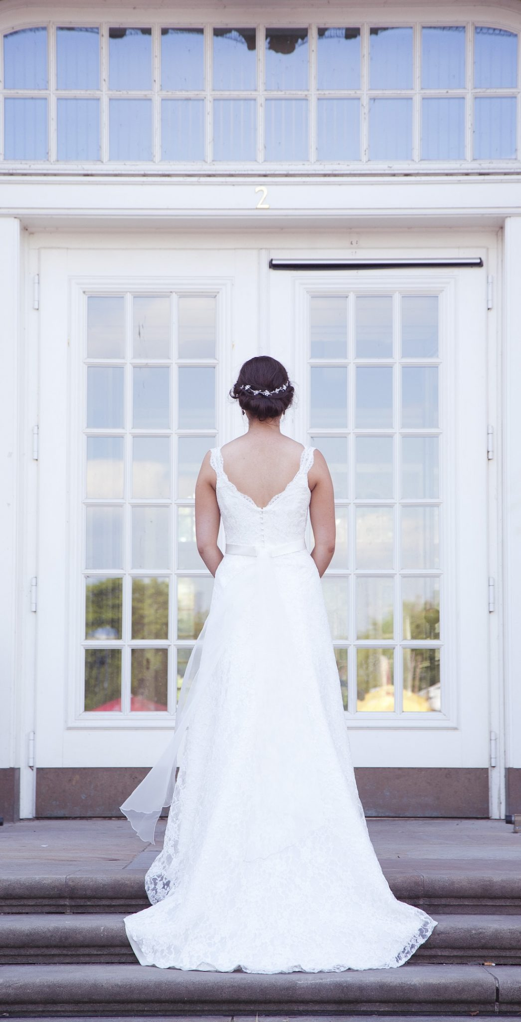 Hochzeit von Laura und Jan in Münster: Braut steht vor einer Tür