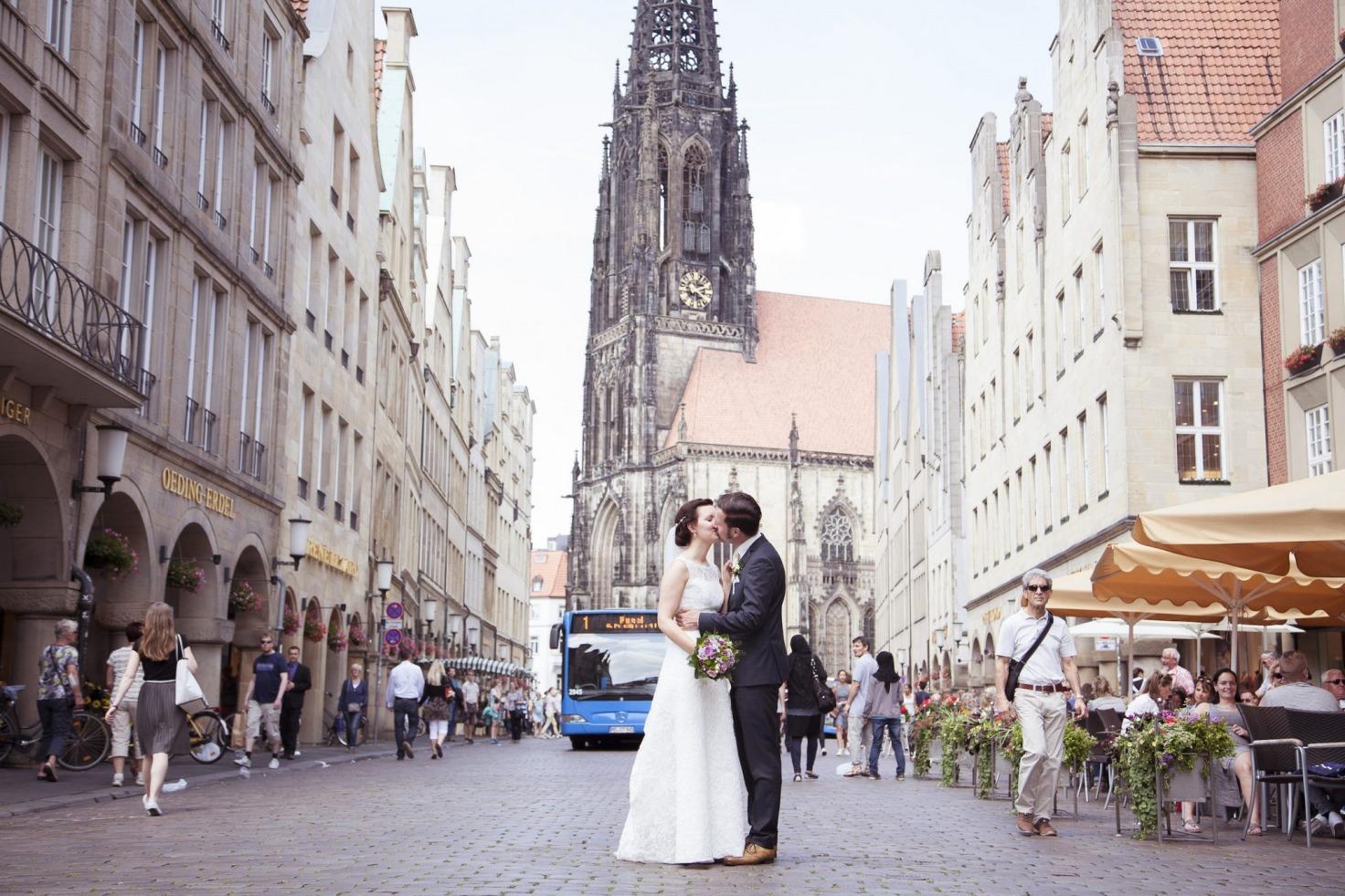 Hochzeit von Laura und Jan in Münster: Brautpaar steht auf einer Straße