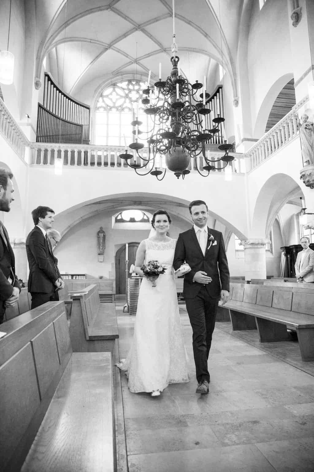 Hochzeit von Laura und Jan in Münster: Brautpaar zieht in die Kirche ein