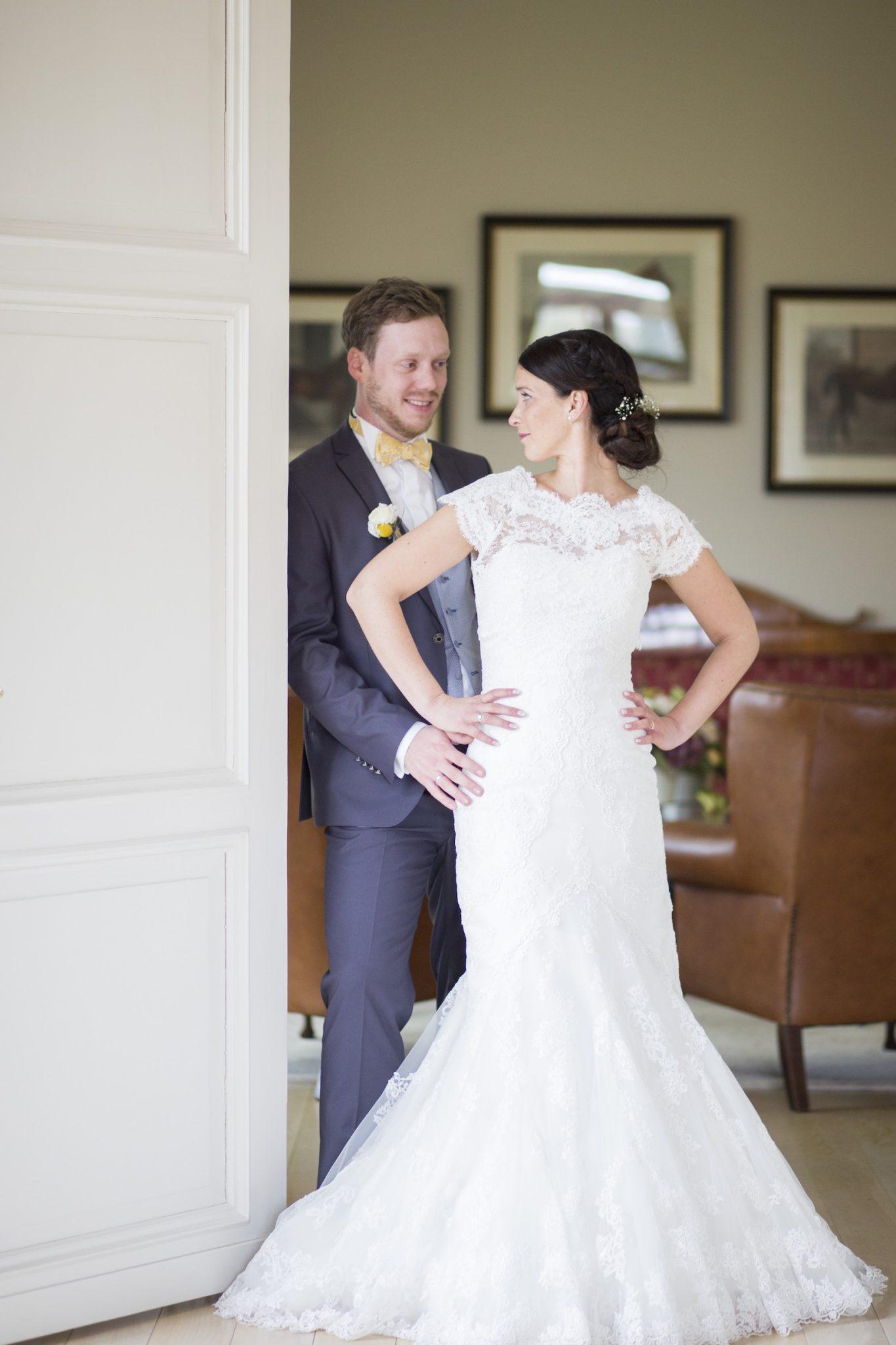 Hochzeit von Jannine und Christian in Münster: Brautpaar im Türrahmen
