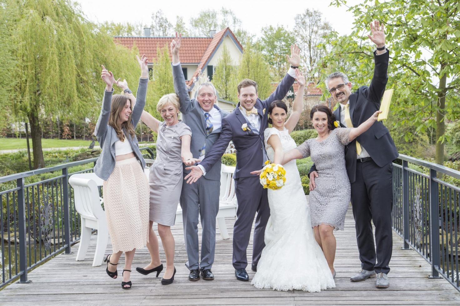 Hochzeit von Jannine und Christian in Münster: Brautpaar mit der Familie