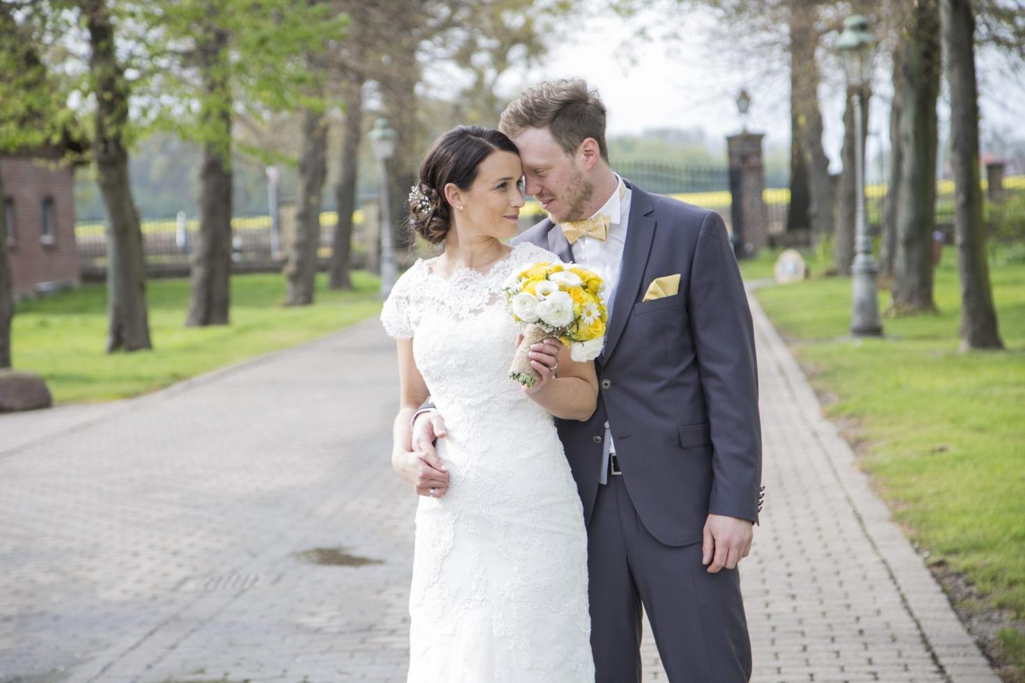 Hochzeit von Jannine und Christian in Münster: Brautpaar auf einer Allee