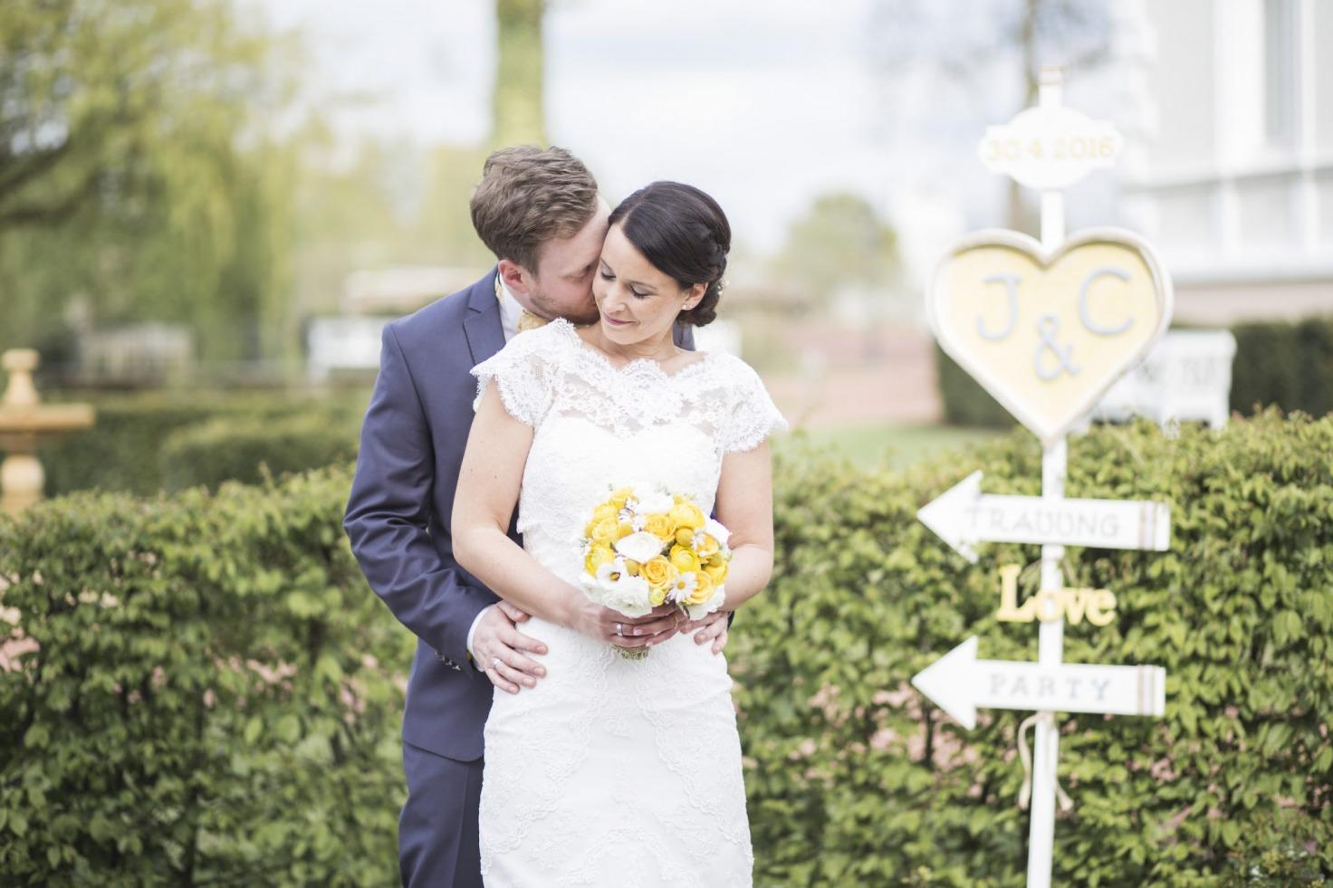 Hochzeit von Jannine und Christian in Münster: Bräutigam flüstert der Braut etwas ins Ohr