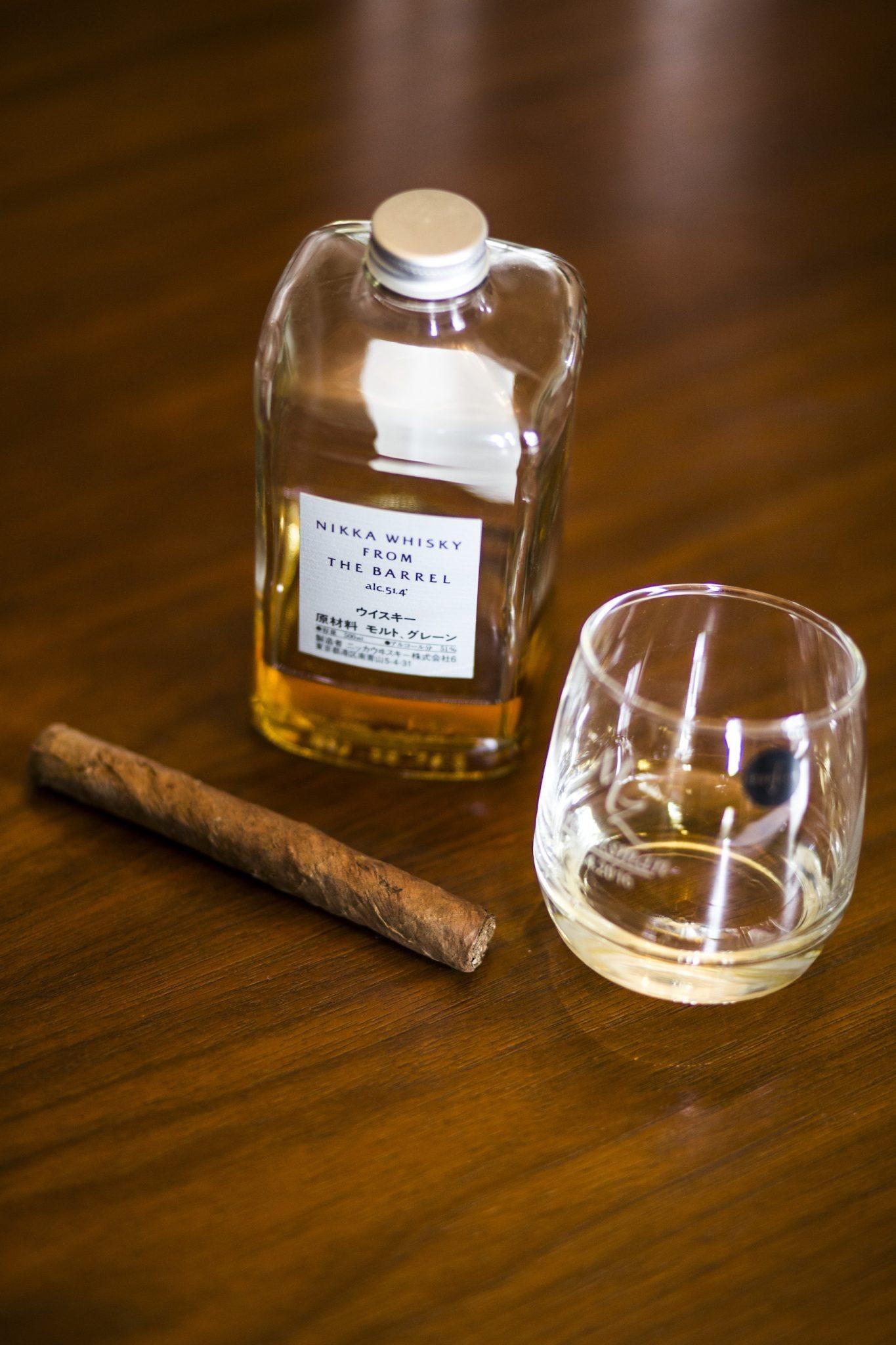 Hochzeit von Jannine und Christian in Münster: Flasche Whisky neben einem Whisky Glas