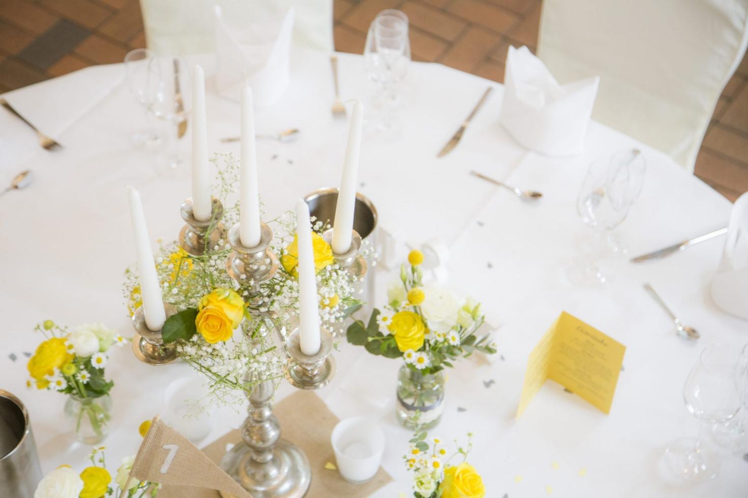 Hochzeit von Jannine und Christian in Münster: Kerzenständer auf dem Hochzeitstisch