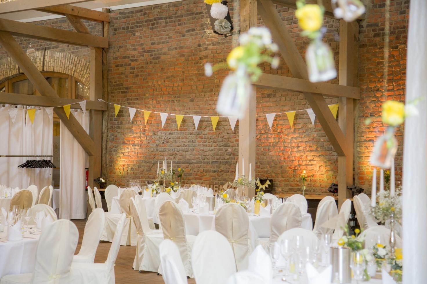 Hochzeit von Jannine und Christian in Münster: Eingedeckte Tische