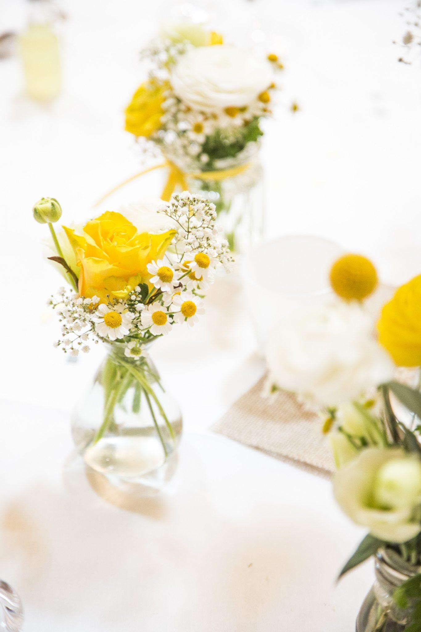 Hochzeit von Jannine und Christian in Münster: Gelbe Rosen auf den Tisch