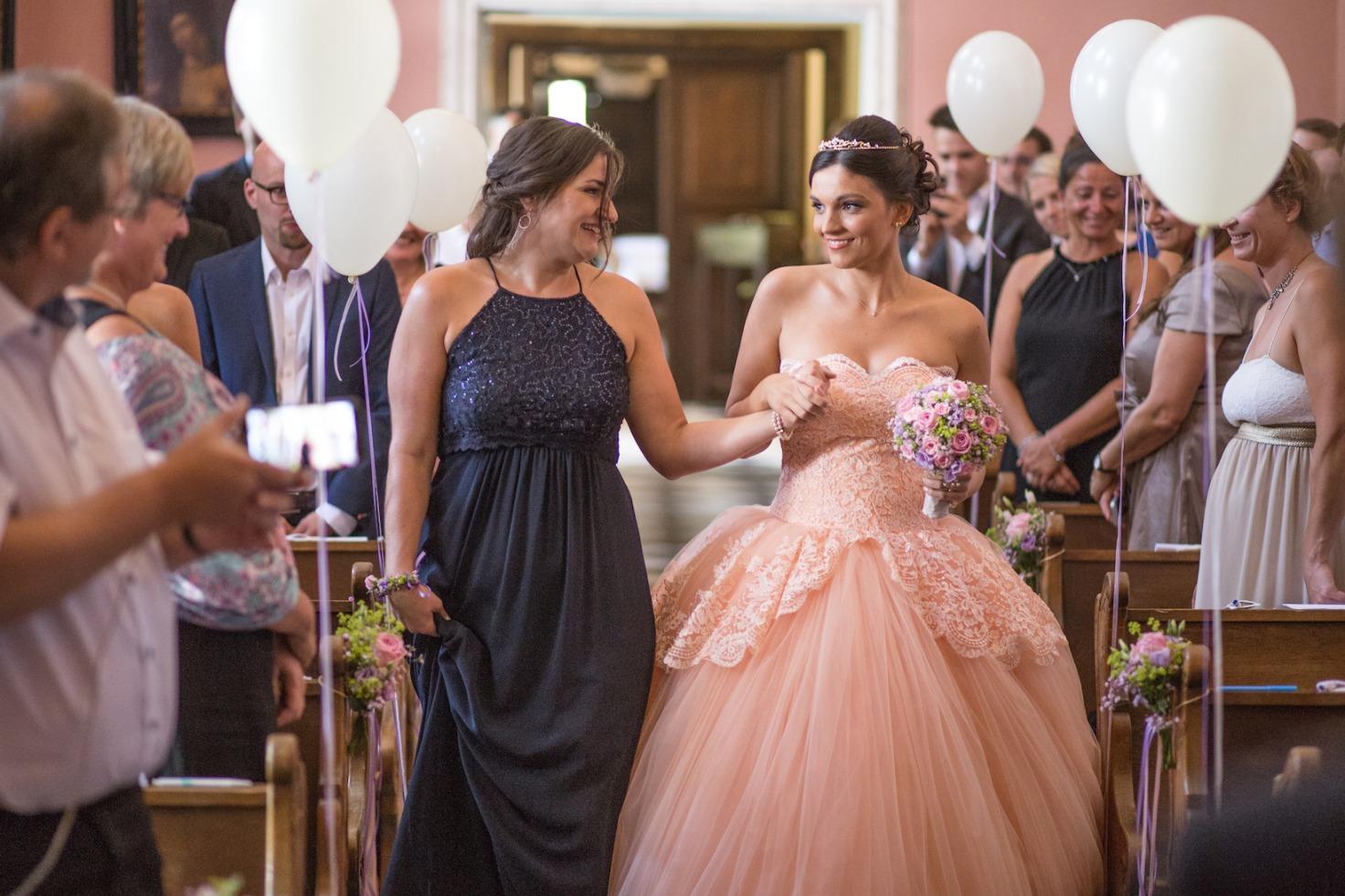 Hochzeit von Tine und Phillip in Münster: Braut wird von ihrer Freundin zum Altar geführt