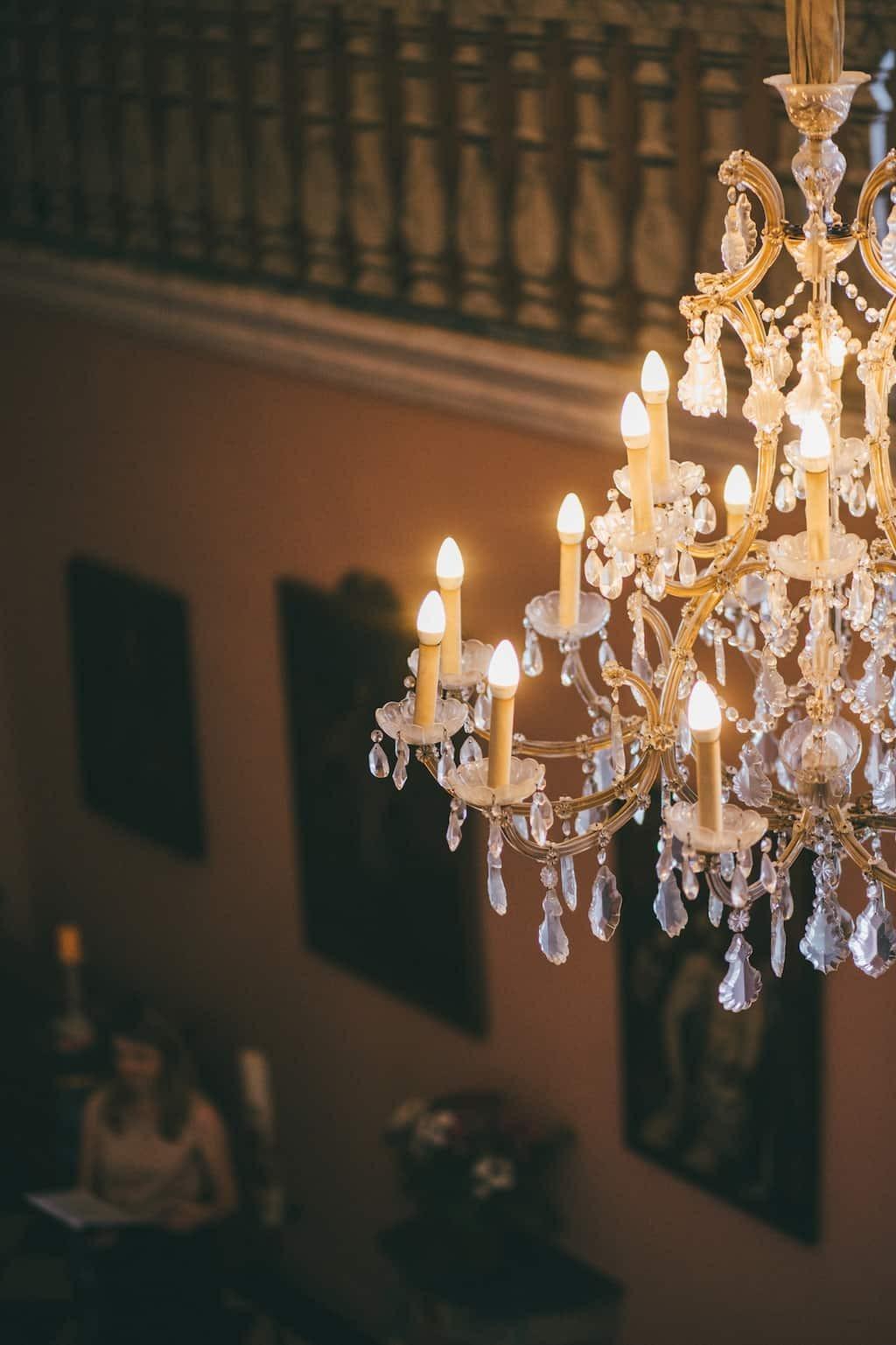 Hochzeit von Tine und Phillip in Münster: Kronleuchter in der Kirche
