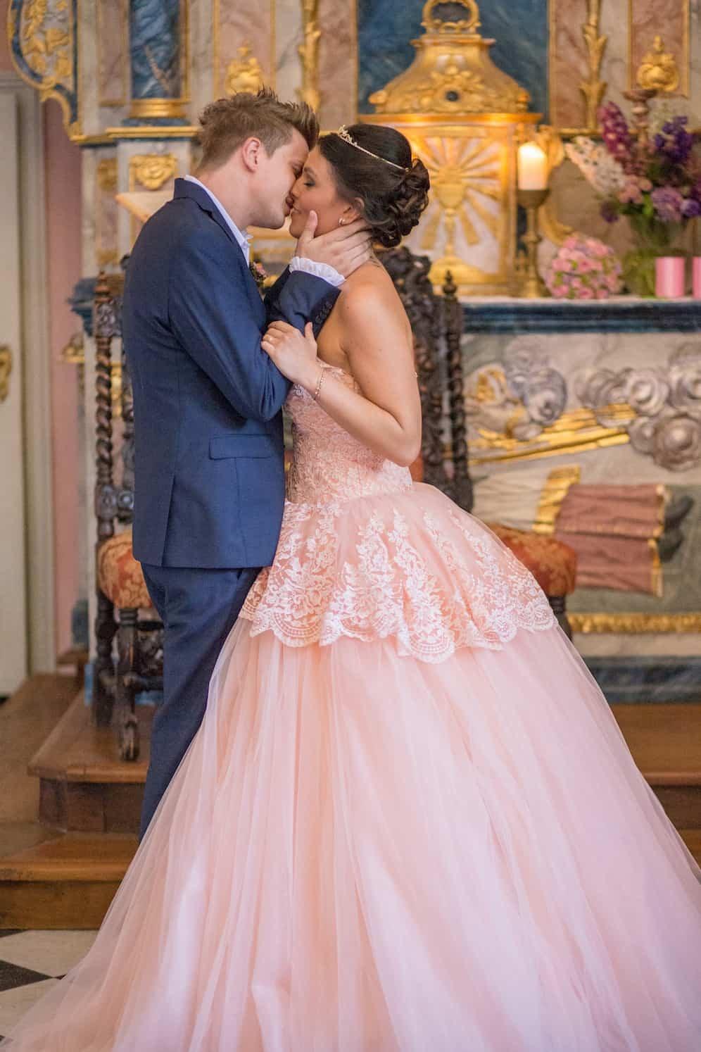 Hochzeit von Tine und Phillip in Münster: Bräutigam küsst die Braut
