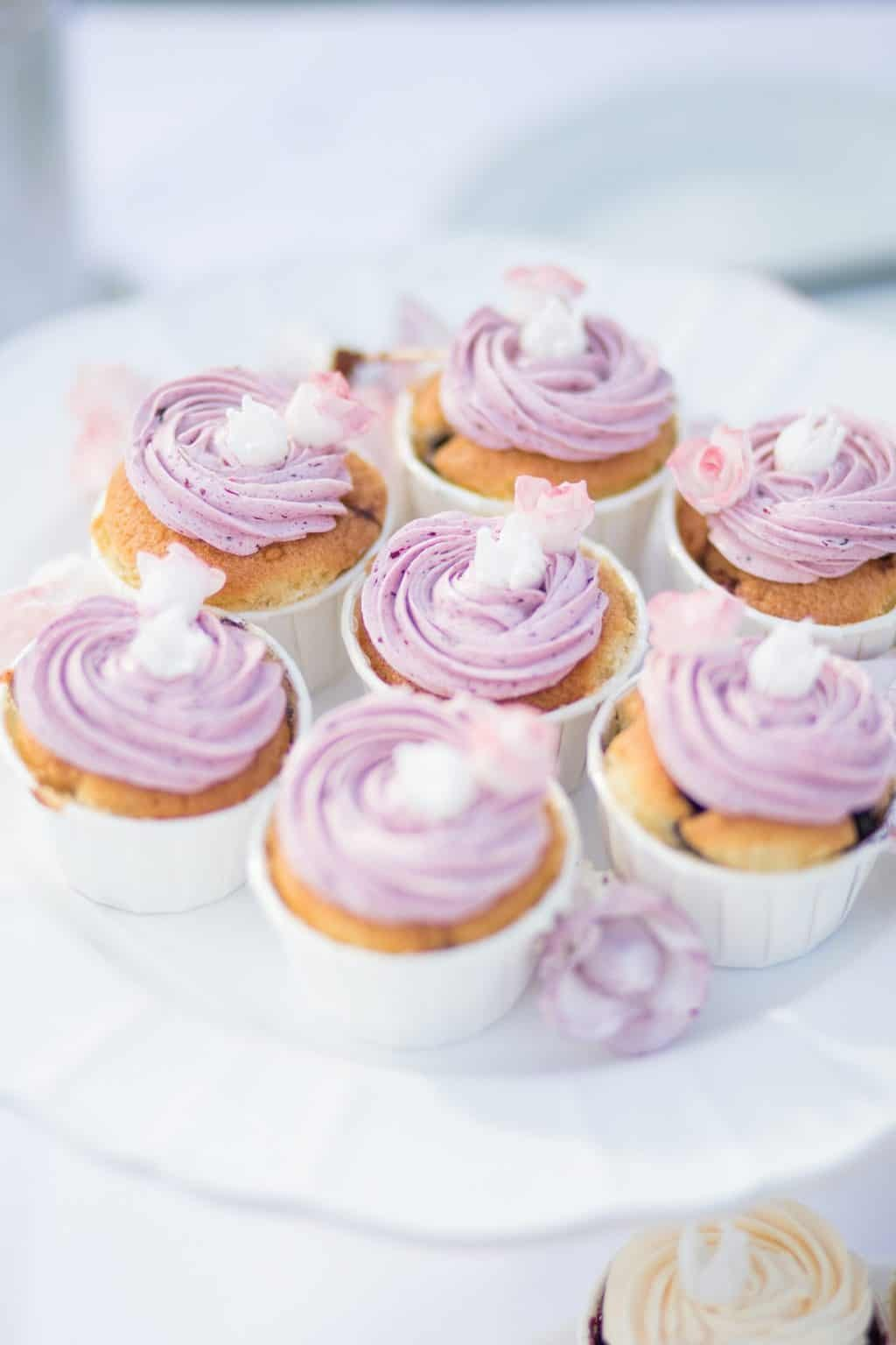 Hochzeit von Tine und Phillip in Münster: Cup Cakes mit Rosen verziert