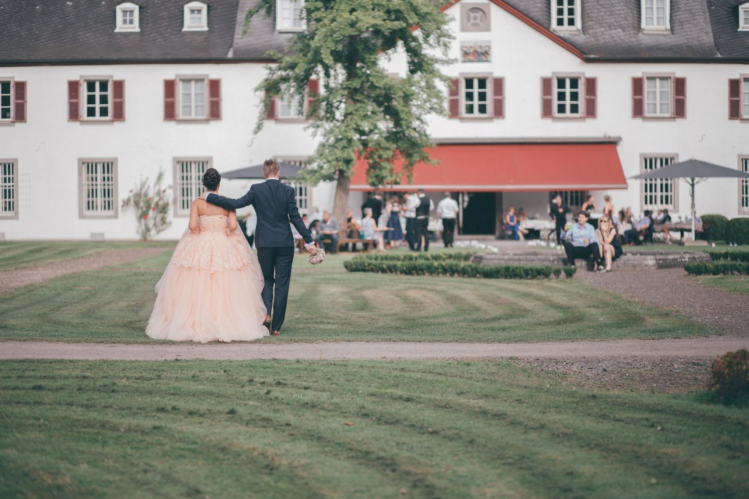 Hochzeit von Tine und Phillip in Münster: Brautpaar vor der Hochzeitslocation