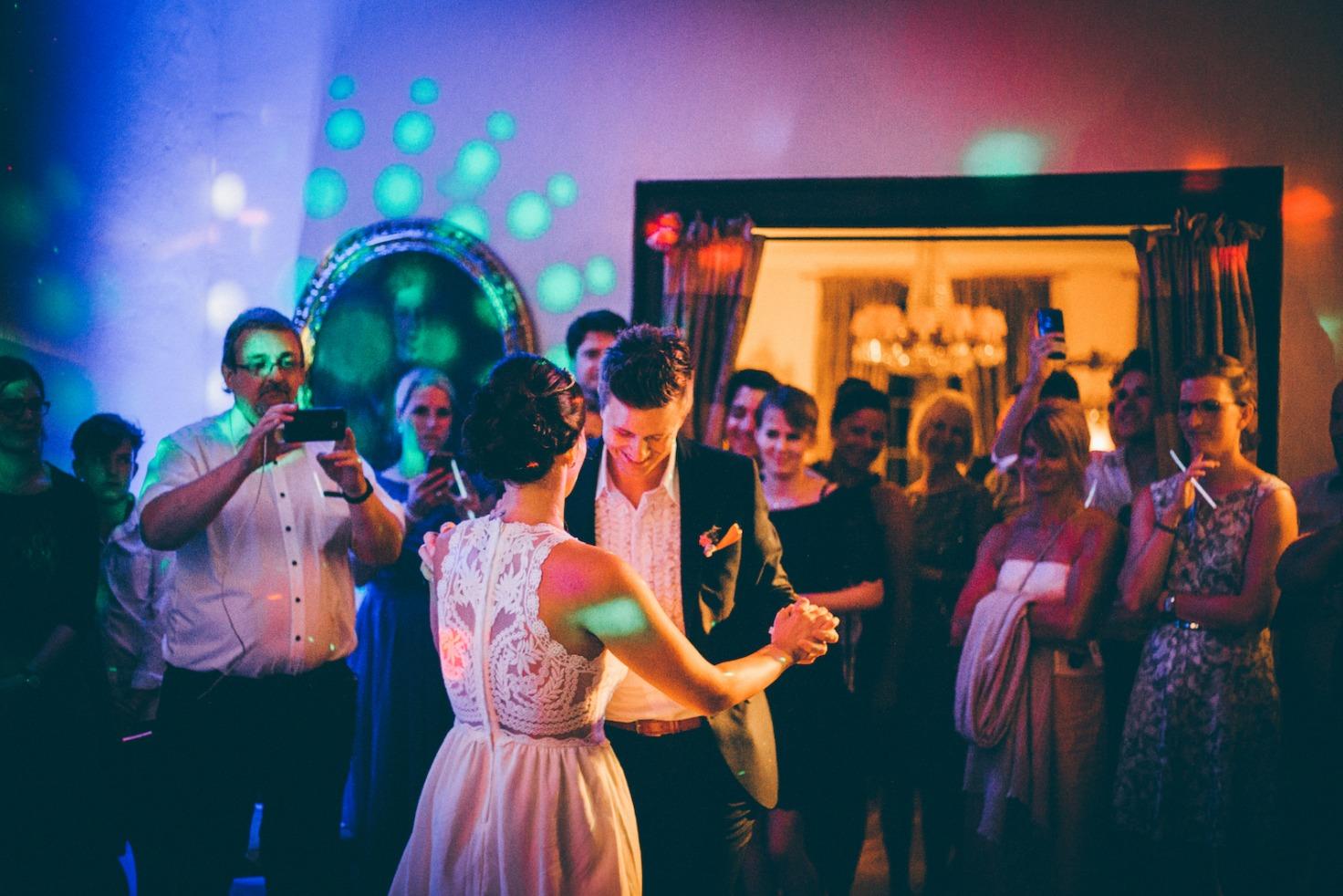 Hochzeit von Tine und Phillip in Münster: Brautpaar tanzt vor den Gästen