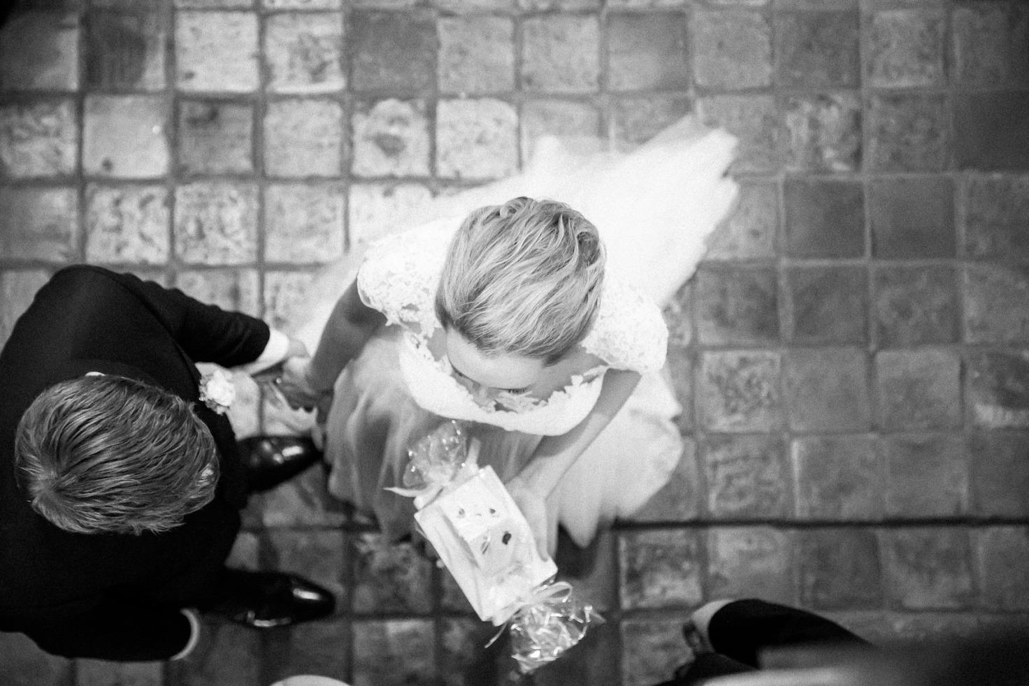 Hochzeit von Tine und Basti in Münster: Hochzeitspaar von oben fotografiert