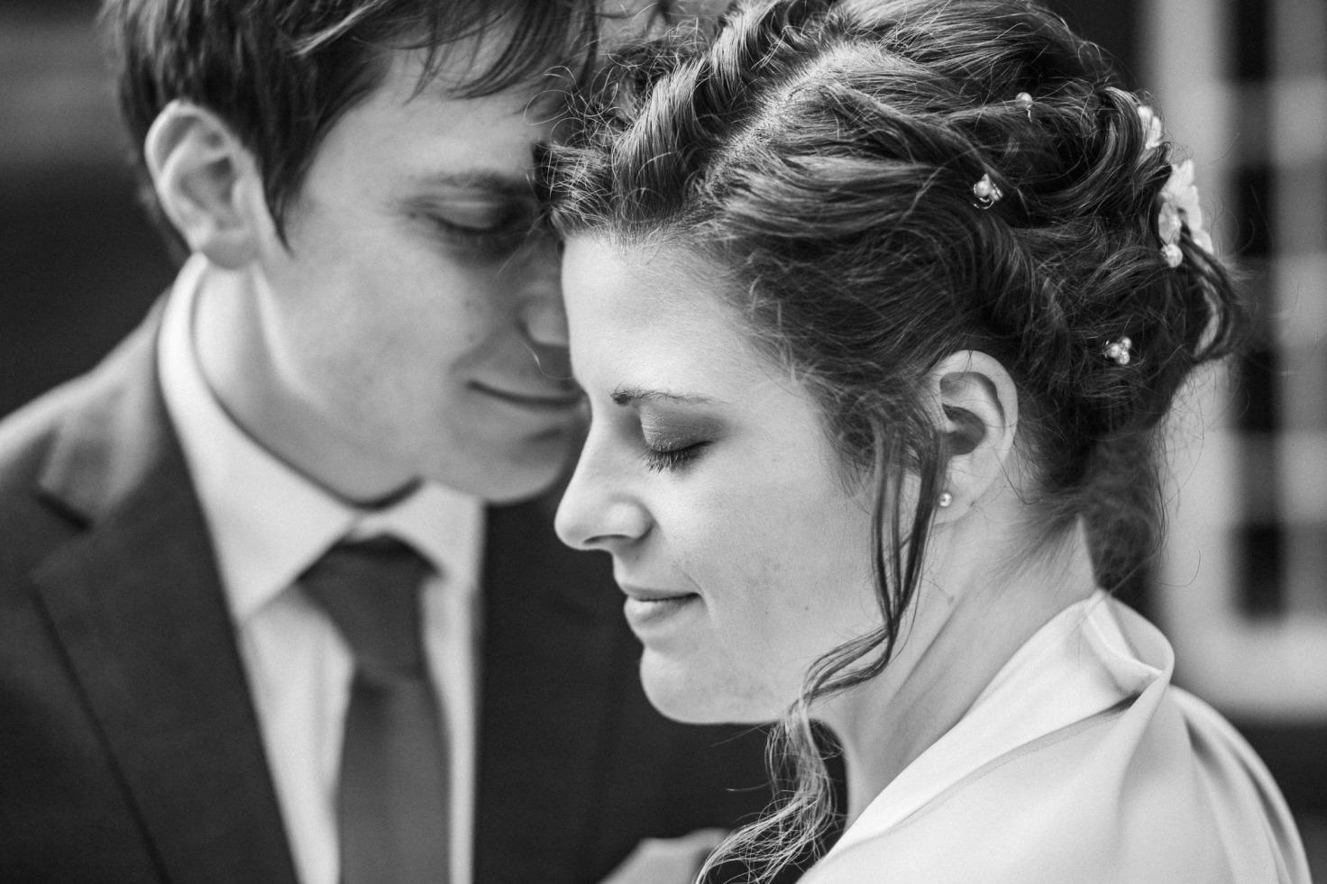 Hochzeit von Bea und Matt in Münster: Braut steht vor dem Bräutigam