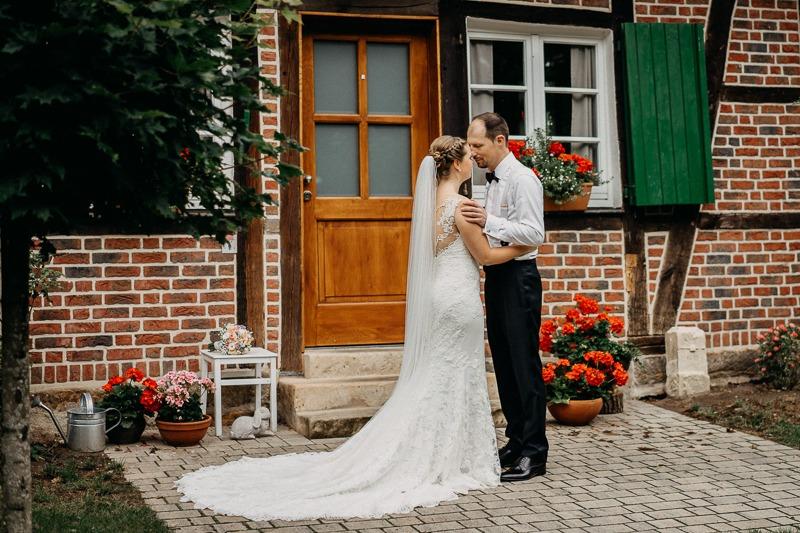 Hochzeit von Anna und Stefan in Münster: Brautpaar vor dem Haus