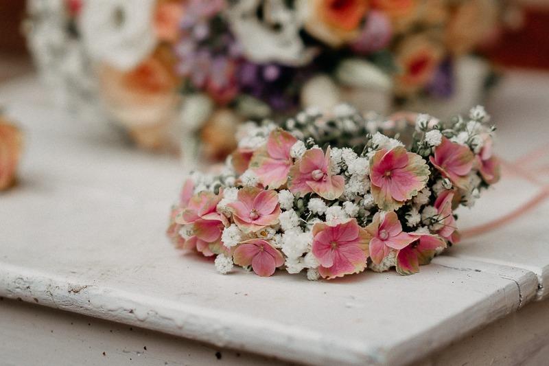 Hochzeit von Anna und Stefan in Münster: Blumenkränze vor dem Brautstrauß