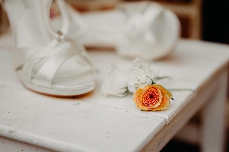 Hochzeit von Anna und Stefan in Münster: Unscharfe Brautschuhe im Hintergrund