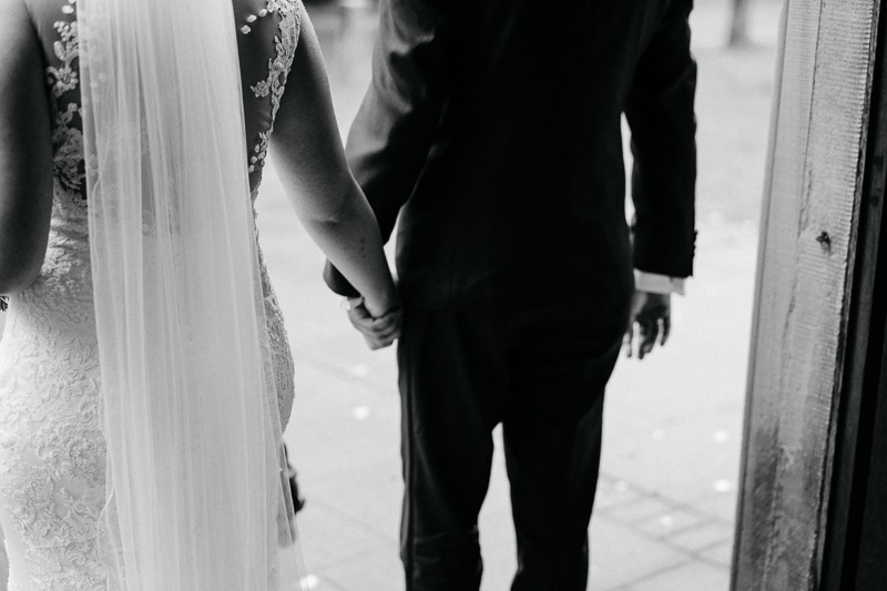 Hochzeit von Anna und Stefan in Münster: Brautpaar geht durch die Türe