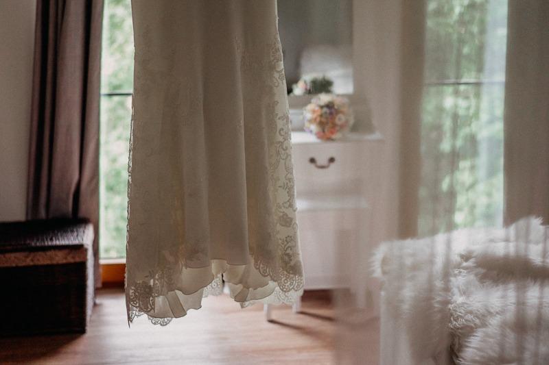 Hochzeit von Anna und Stefan in Münster: Brautkleid schwebend im Raum