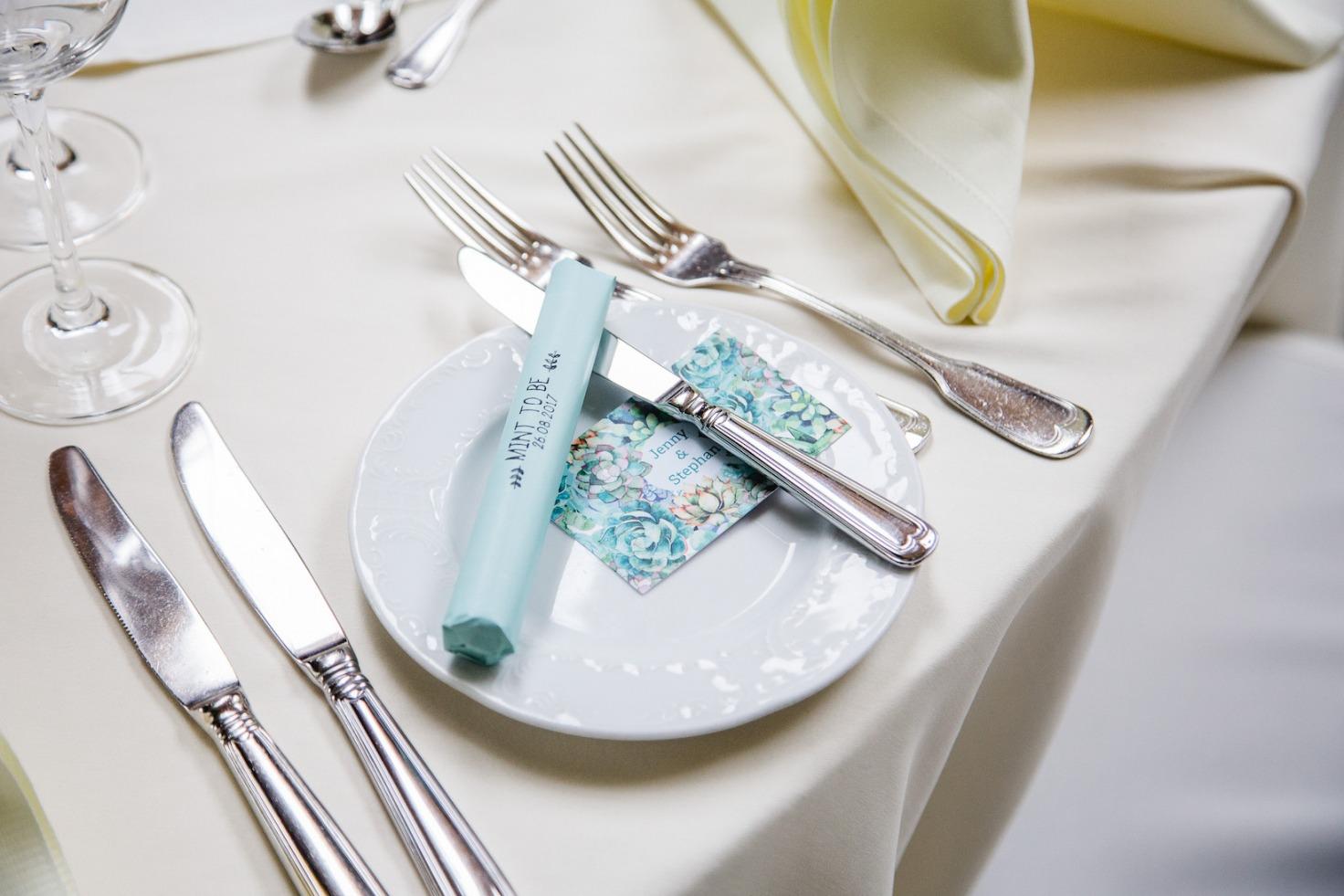 Hochzeit von Jennifer und Stefan in Münster: Gastgeschenk auf dem Teller