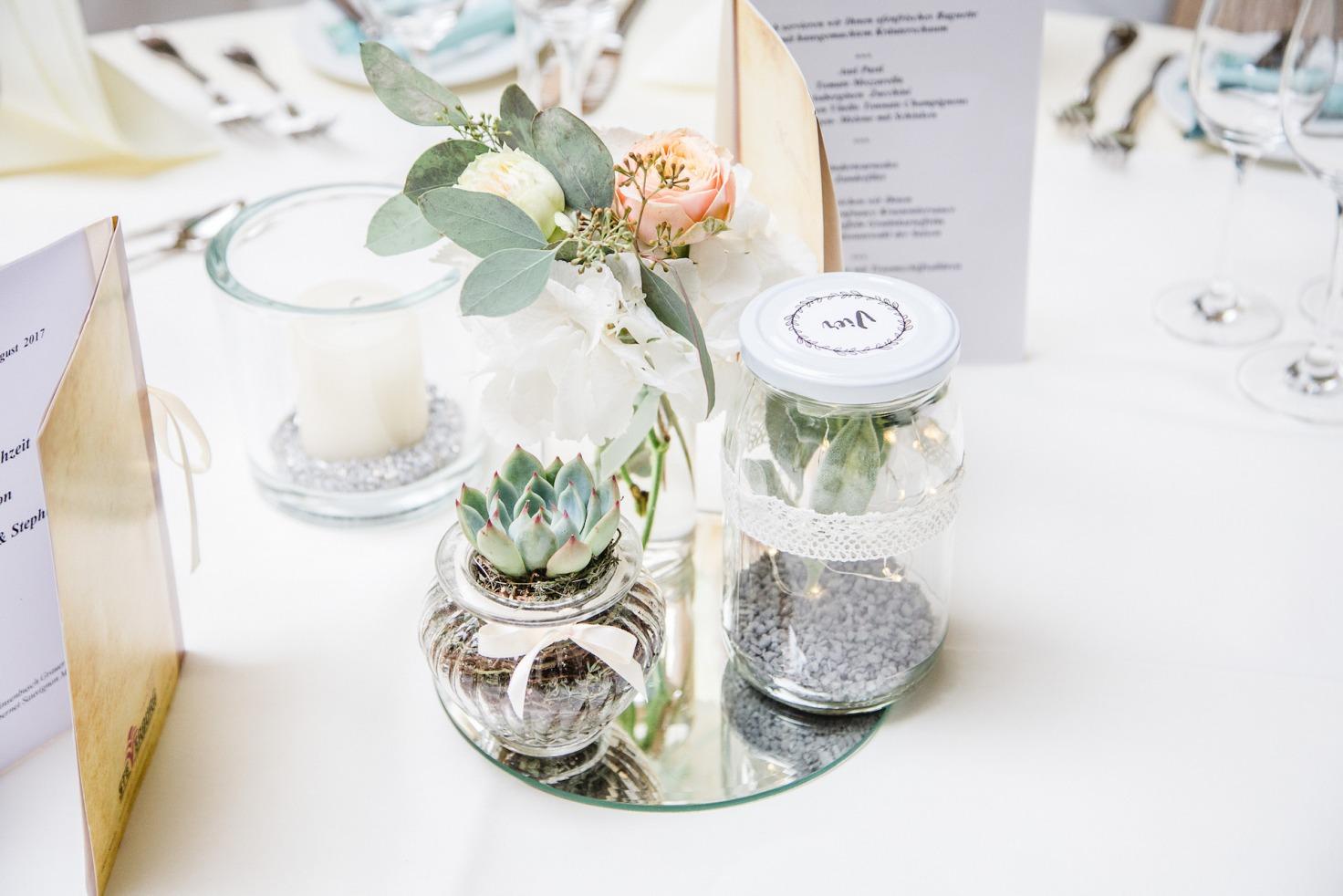 Hochzeit von Jennifer und Stefan in Münster: Blumen auf Spiegel