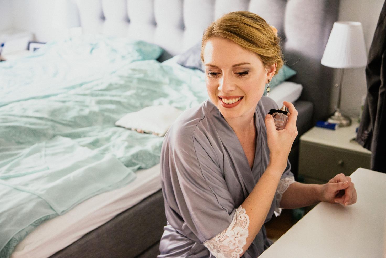 Hochzeit von Jennifer und Stefan in Münster: Braut trägt Parfüm auf