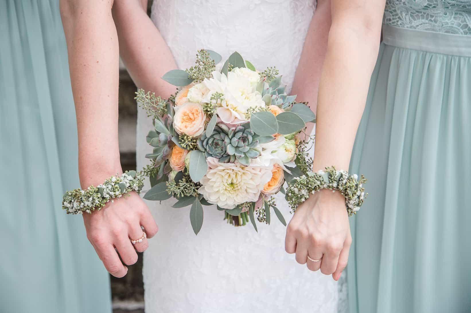 Hochzeit von Jennifer und Stefan in Münster: Brautstrauß und Blumenkränze der Trauzeuginnen