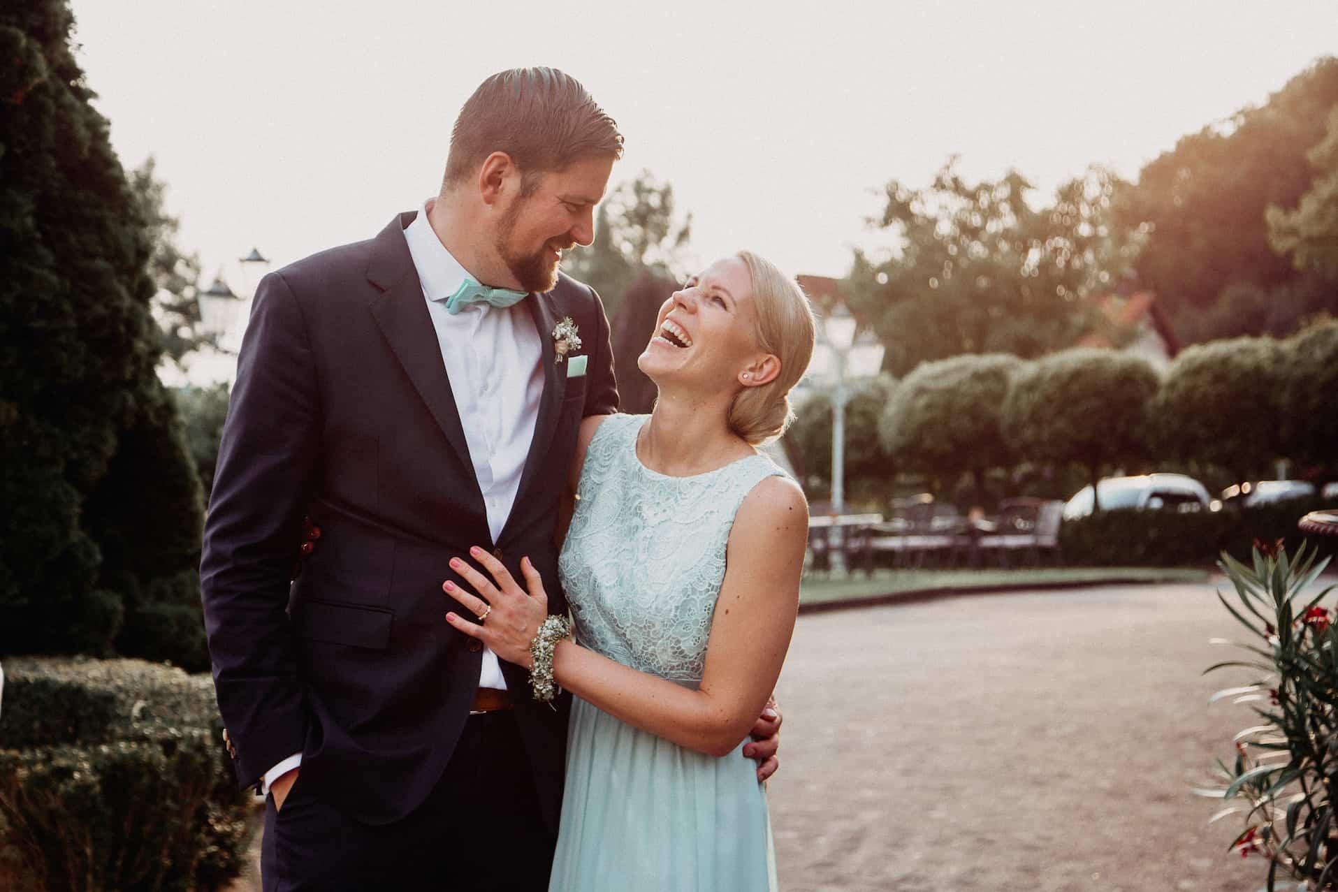 Hochzeit von Laura und Marco in Münster: Paar die lachen