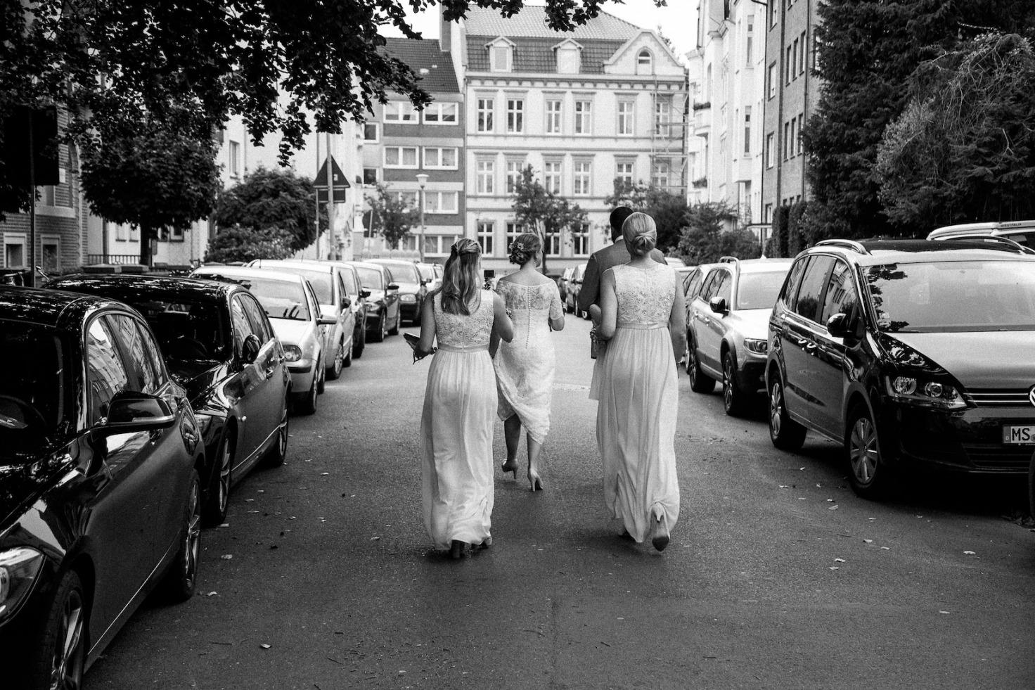 Hochzeit von Jennifer und Stefan in Münster: Braut mit ihren Freundinnen