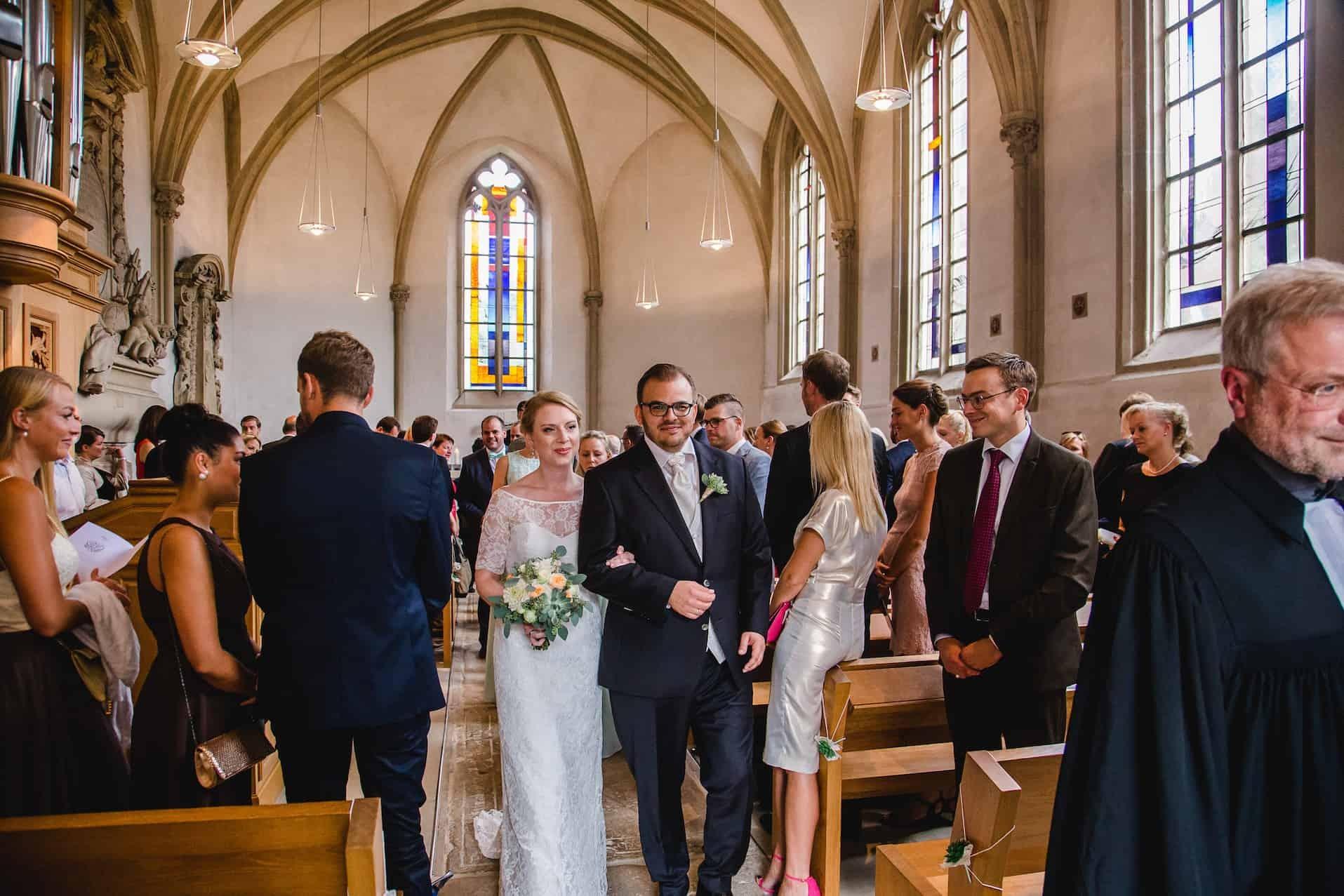 Hochzeit von Jennifer und Stefan in Münster: Auszug des Brautpaares aus der Kirche