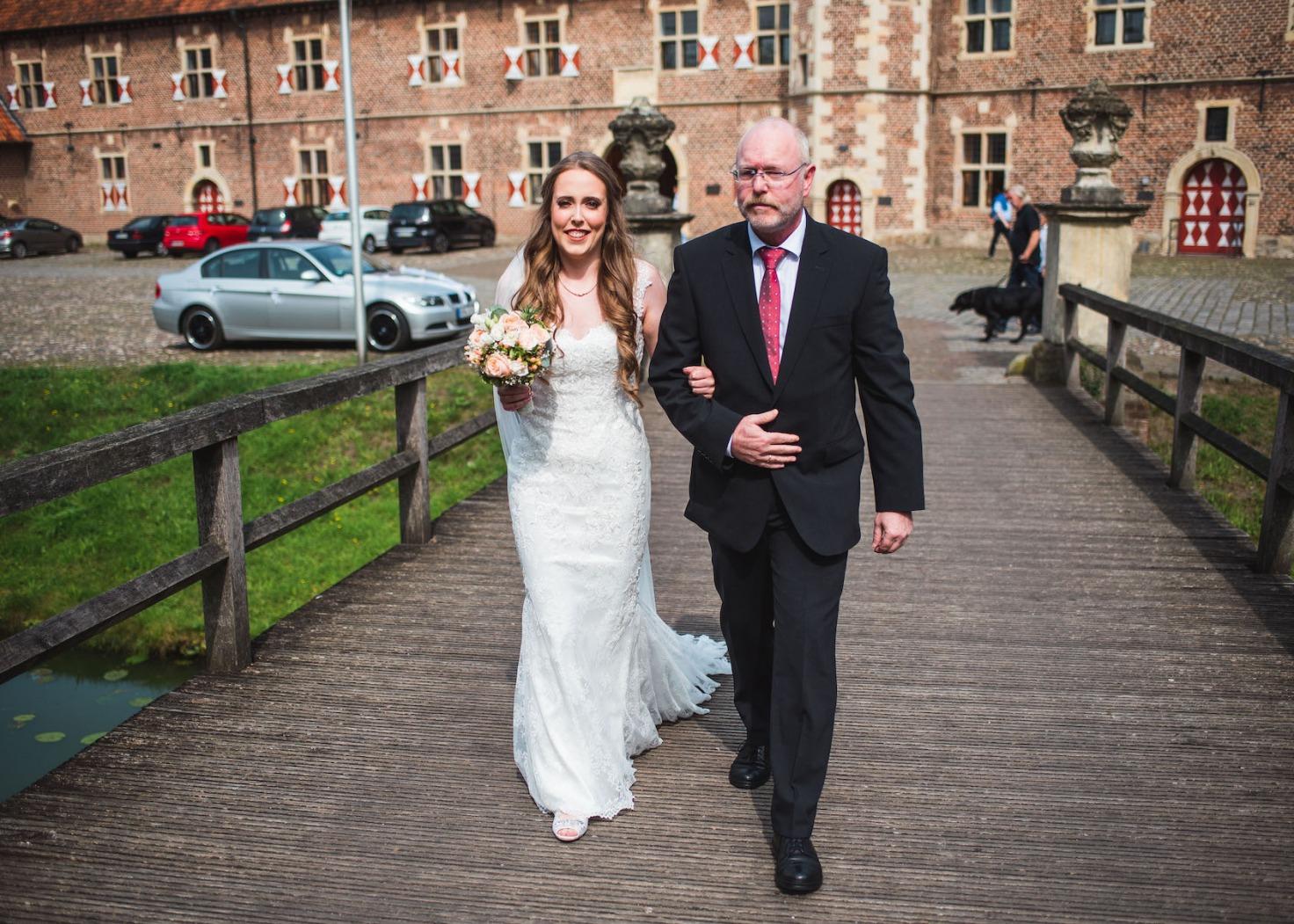 Hochzeit von Katharina und Mustafa in Münster: Braut eingehakt beim Brautvater