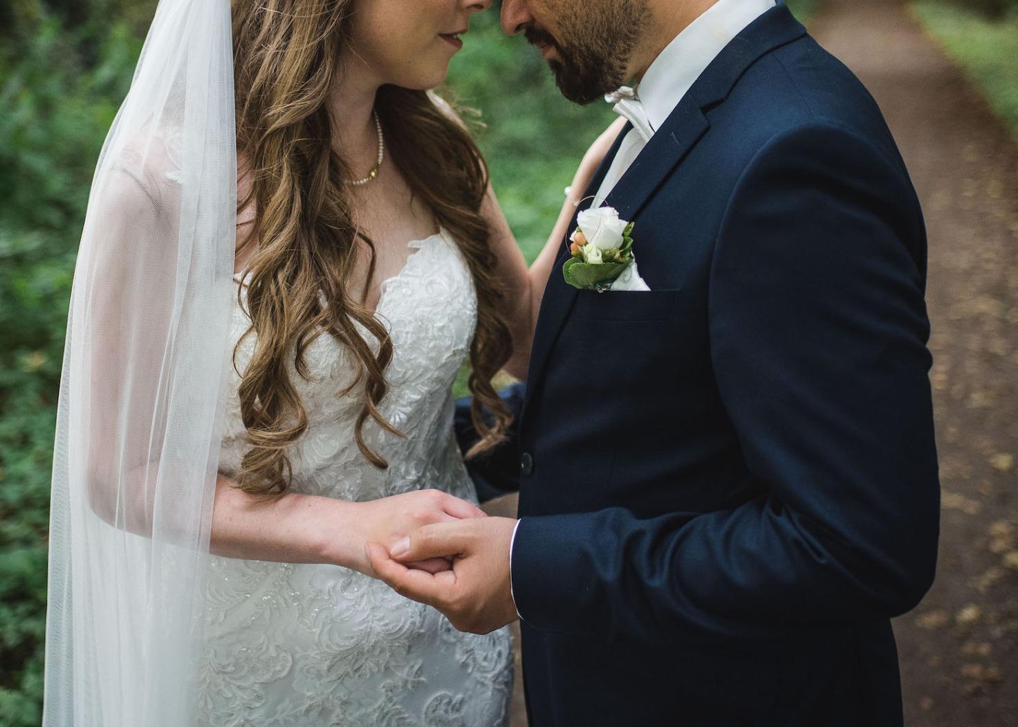 Hochzeit von Katharina und Mustafa in Münster: Paarshooting im Park Nahaufnahme
