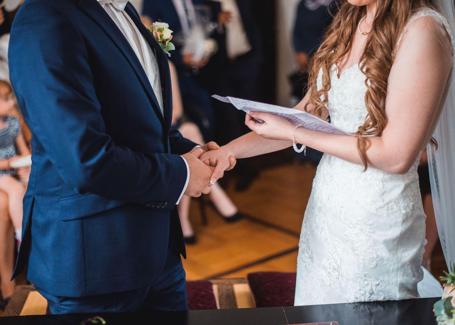 Hochzeit von Katharina und Mustafa in Münster: Brautpaar gibt sich die Hand