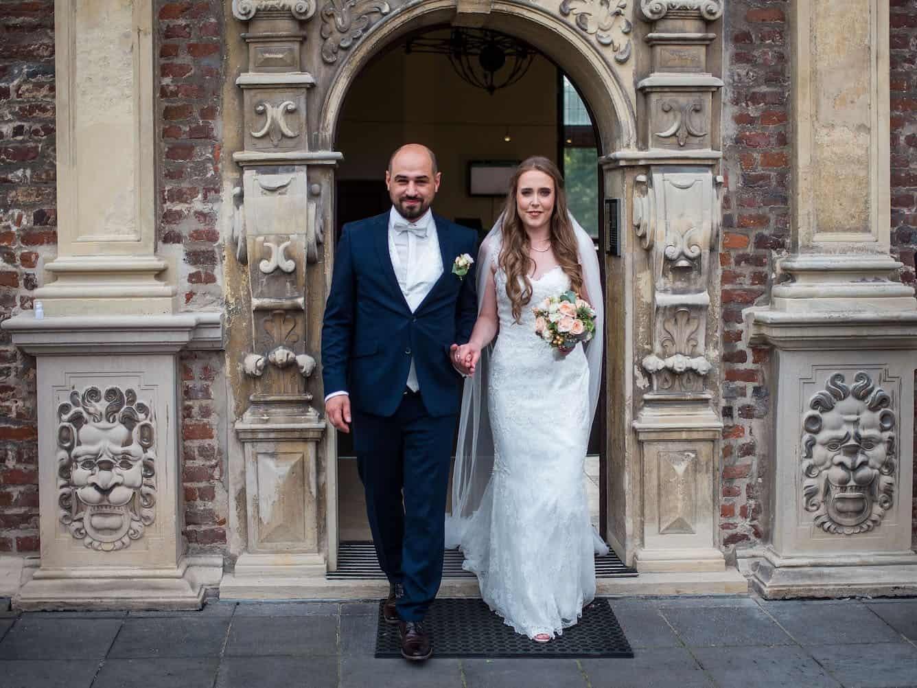 Hochzeit von Katharina und Mustafa in Münster: Brautpaar vor der Kirche