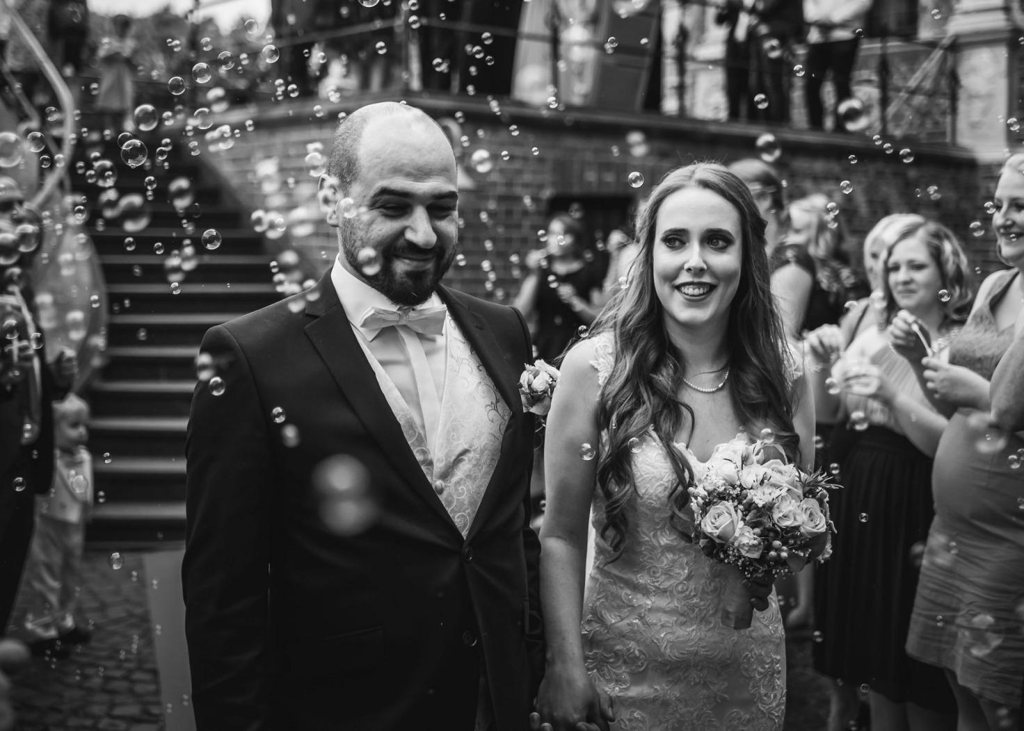 Hochzeit von Katharina und Mustafa in Münster: Seifenblasen