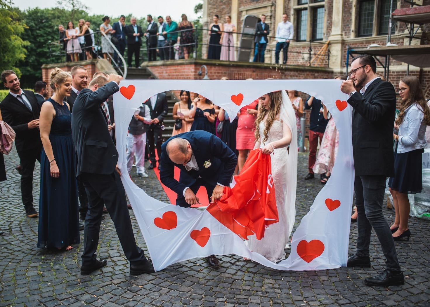 Hochzeit von Katharina und Mustafa in Münster: Gemeinsam Herz ausschneiden