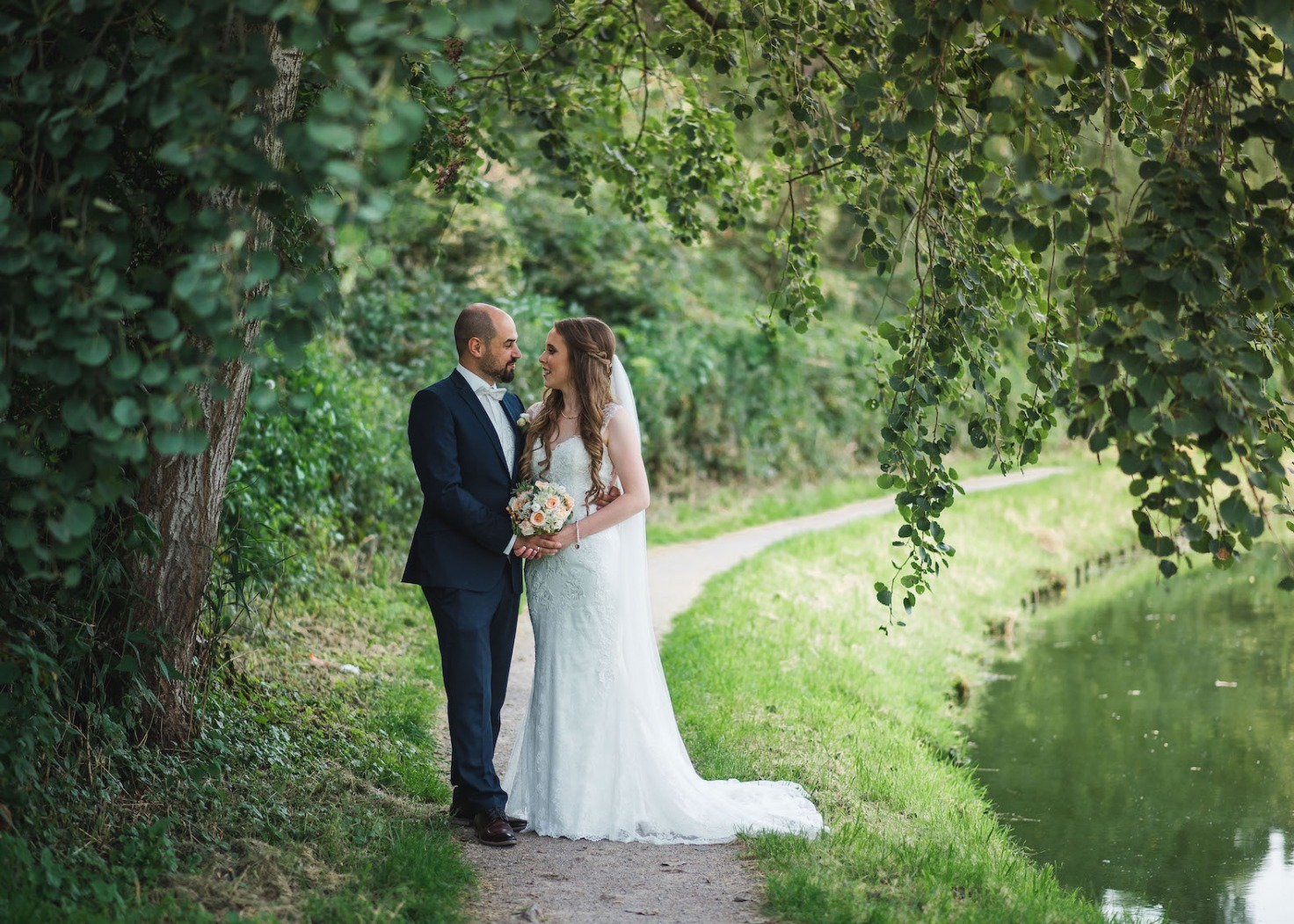 Hochzeit von Katharina und Mustafa in Münster: Paarshooting im Park am Wasser