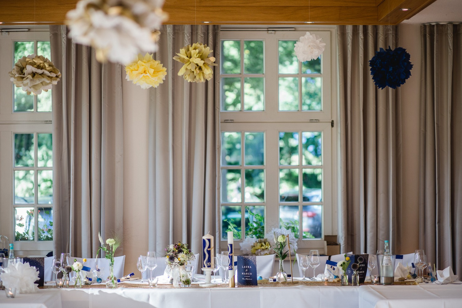 Hochzeit von Laura und Marco in Münster: Eingedeckter Brauttisch im Saal