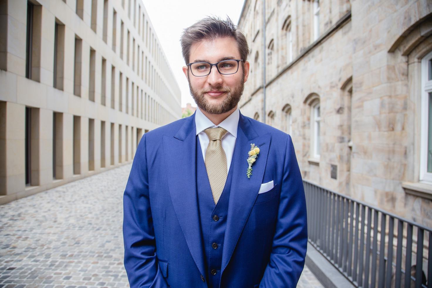 Hochzeit von Laura und Marco in Münster: Bräutigam der auf seine Braut wartet
